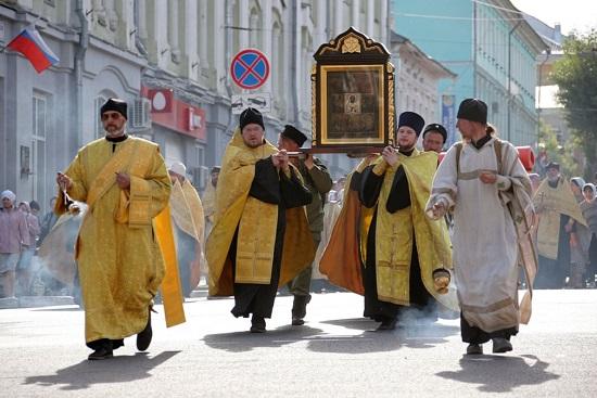 رجال الدين يحملون أيقونة القديس نيكولاس