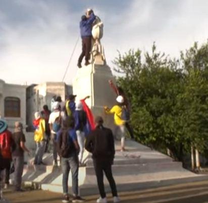 المتظاهرون يجرون التمثال