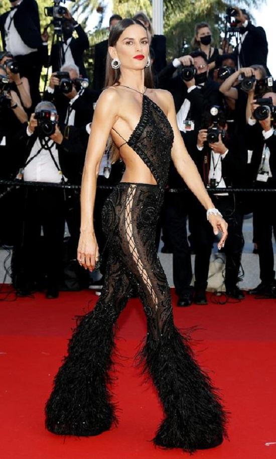 إيزابيل جولارت تقف في عرض فيلم ستيلووتر
