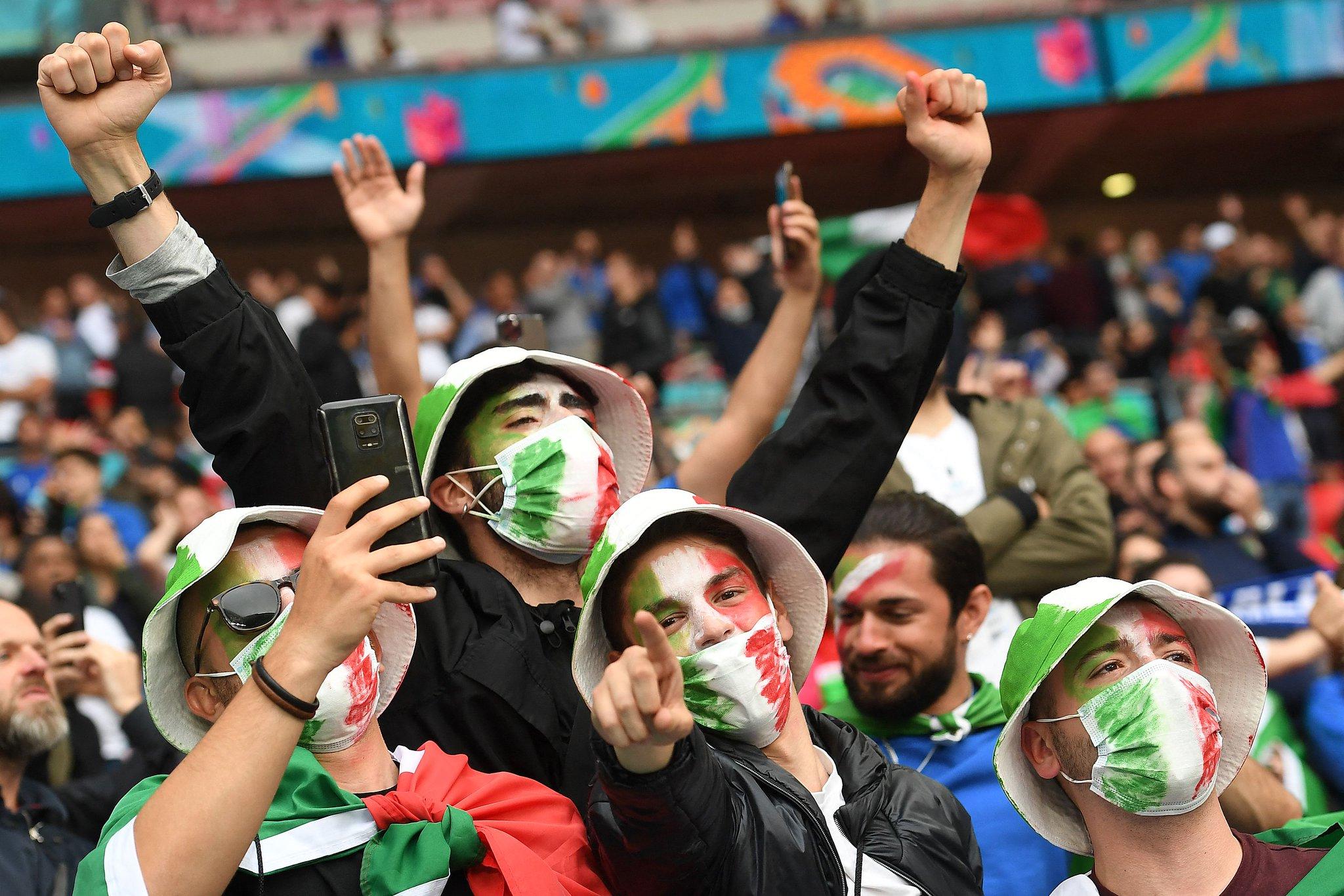 جماهير إيطاليا تزين المدرجات