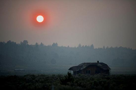 يتسبب الدخان الكثيف في توهج الشمس باللون الأحمر