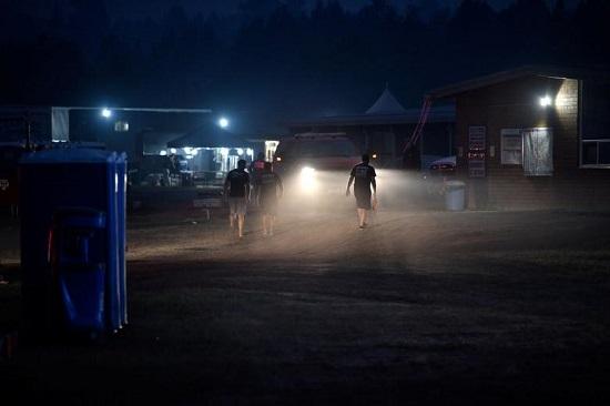 مقاتلون يعودون إلى معسكر إطفاء بعد نوبة عمل مدتها 12 ساعة