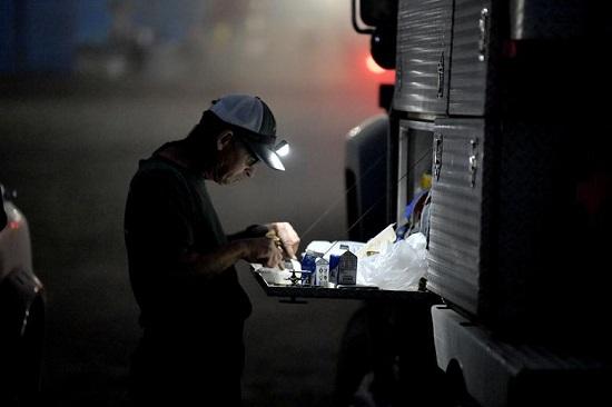 رجل إطفاء يأكل العشاء بعد نوبة عمل مدتها 12 ساعة