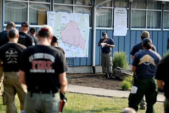 رجال الإطفاء يستمعون إلى إيجاز استعدادًا لمناوبتهم