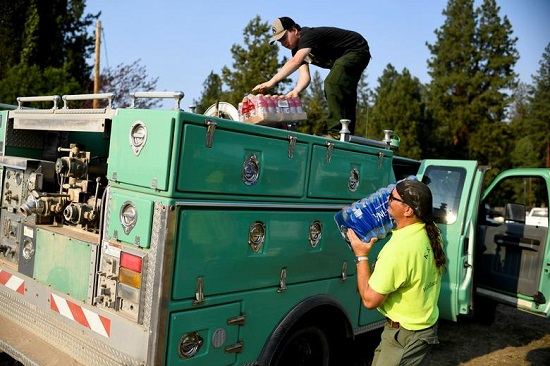 رجال الإطفاء يقومون بتحميل المشروبات على سيارتهم
