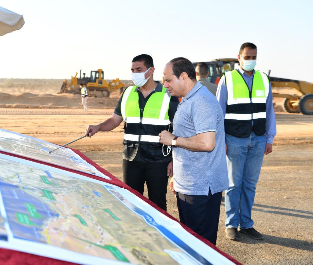 الرئيس السيسى يتفقد مشروعات تطوير شبكة محاور وطرق الساحل الشمالي (1)