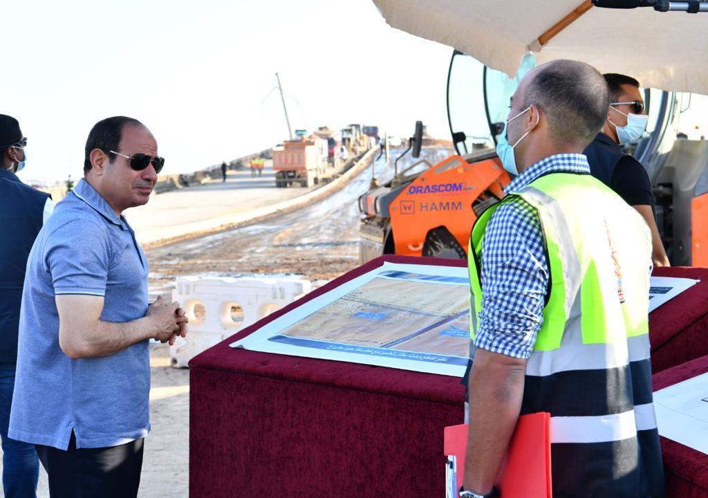 الرئيس السيسى يتفقد مشروعات تطوير شبكة محاور وطرق الساحل الشمالي (3)