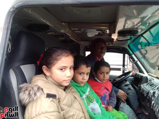 ابناء شقيقها معها في سيارتها