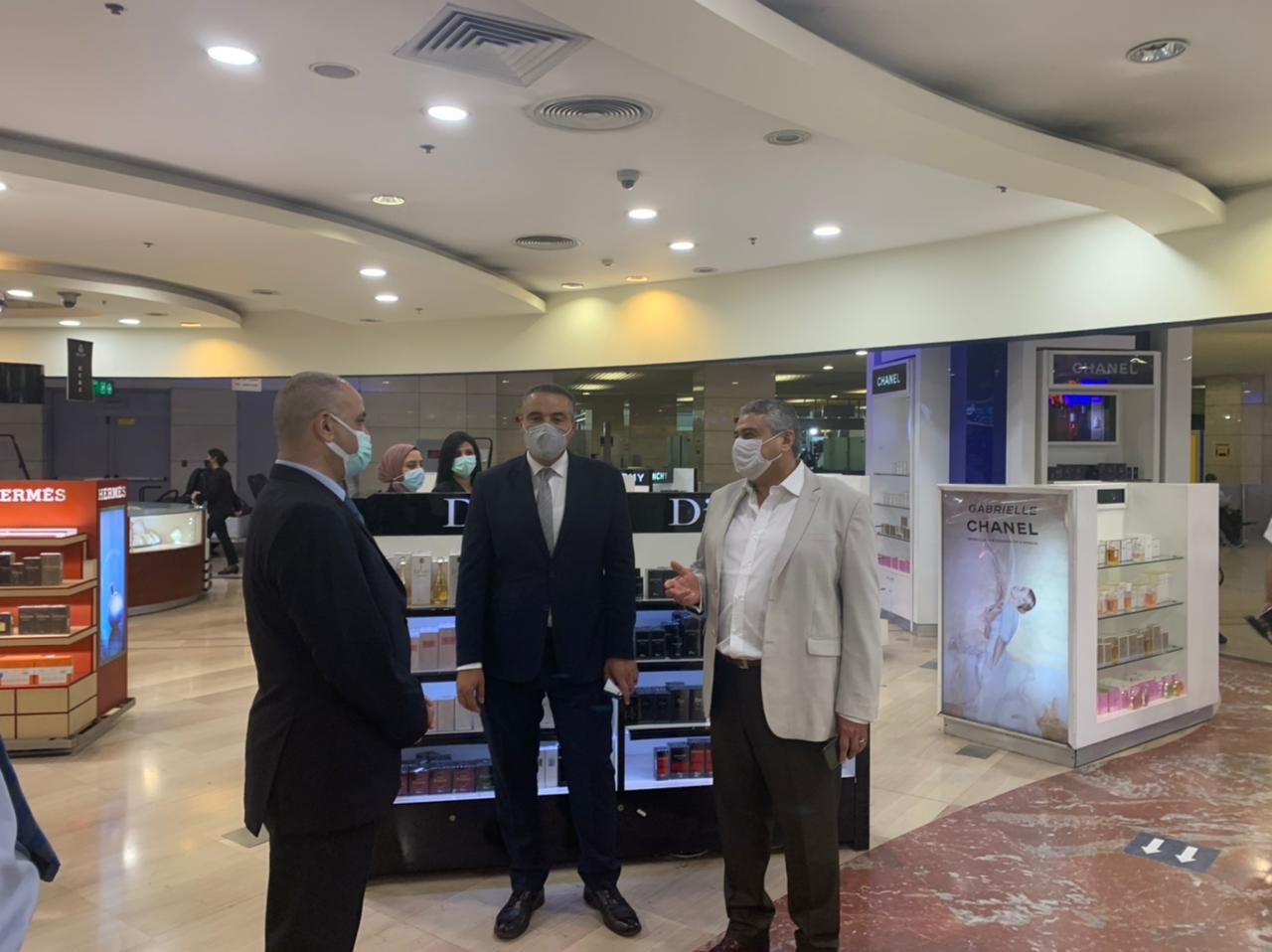 نائب وزير الطيران يتفقد مطار القاهرة