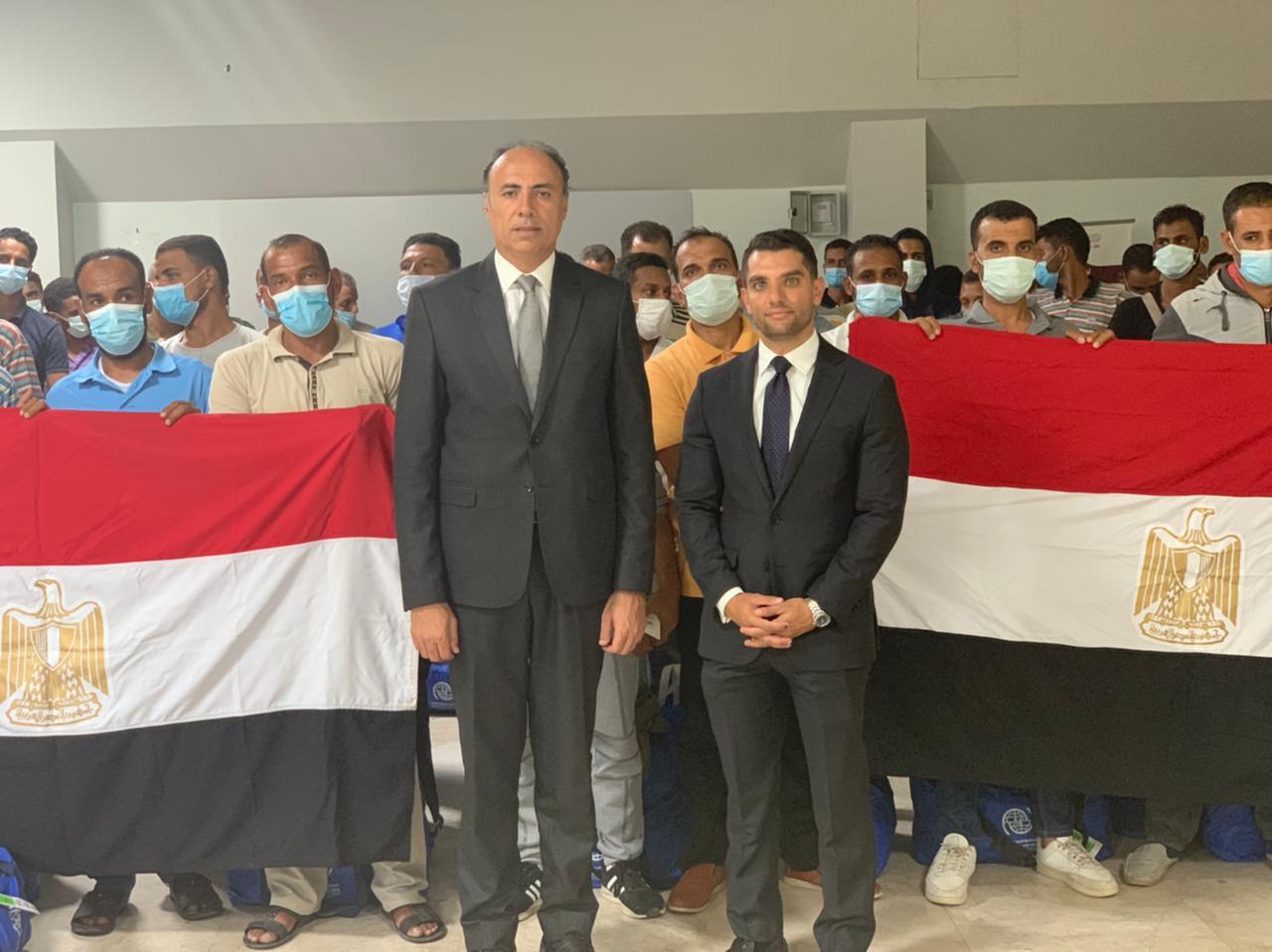 السفير محمد ثروت سليم يشرف على ترحيل العالقين المصريين من طرابلس