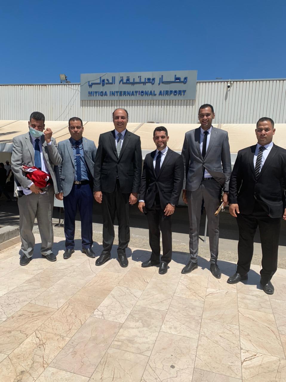 السفير محمد ثروت وطاقم السفارة فى طرابلس بمطار معيتيقة الدولى