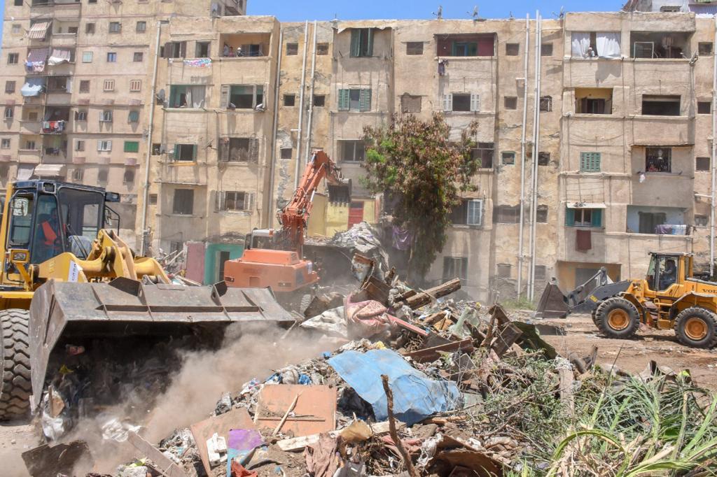 وزير النقل ومحافظ الاسكندرية يتابعان ازالة تعديات السكة الحديد بمحرم بك (5)