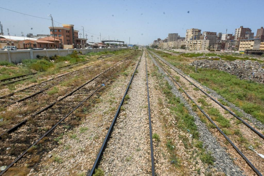 وزير النقل ومحافظ الاسكندرية يتابعان ازالة تعديات السكة الحديد بمحرم بك (9)