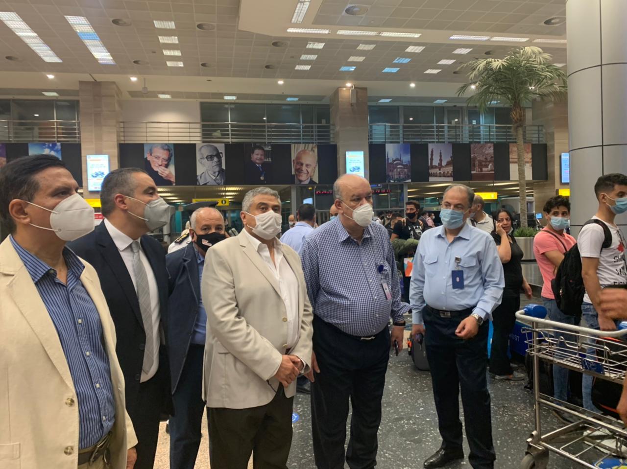 نائب وزير الطيران يتفقد مطار القاهرة (2)