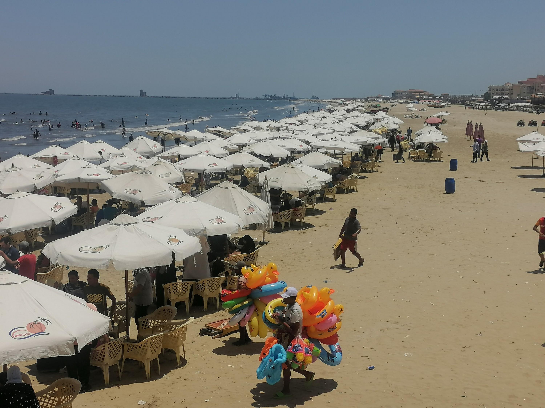 بائعوا الألعاب ينتشرون بالشاطئ