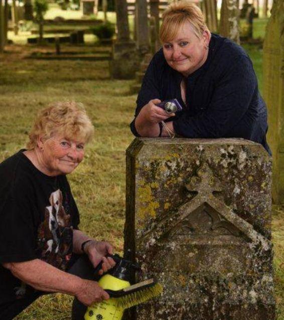 تبعد فى صور القبور