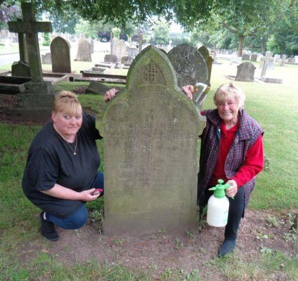 تنظيف القبور
