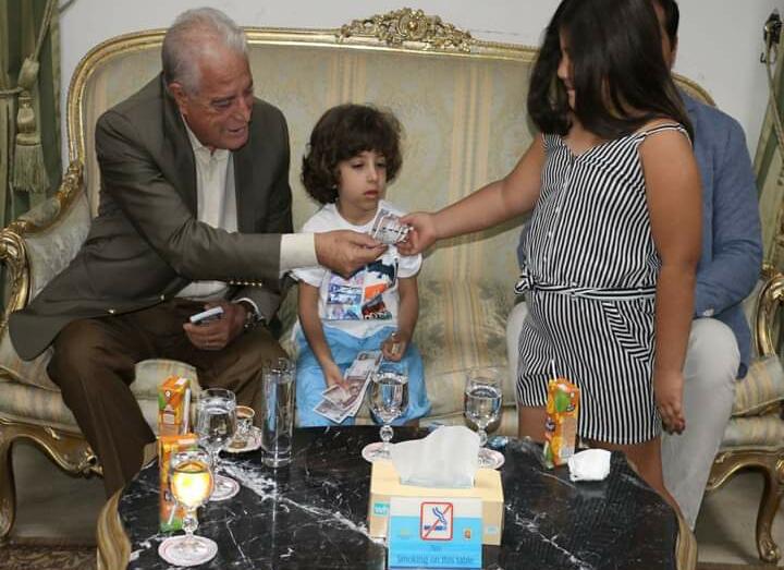 محافظ جنوب سيناء يوزع العيدية على الاطفال