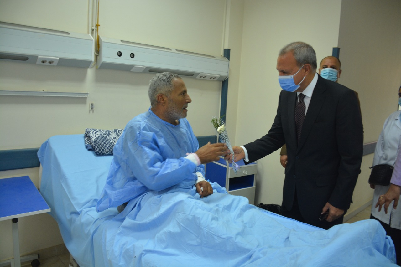 تقديم الورود للمرضى بالمستشفى