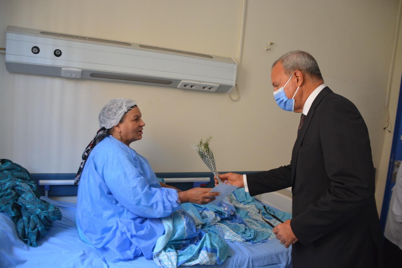 تقديم الورود للمرضى