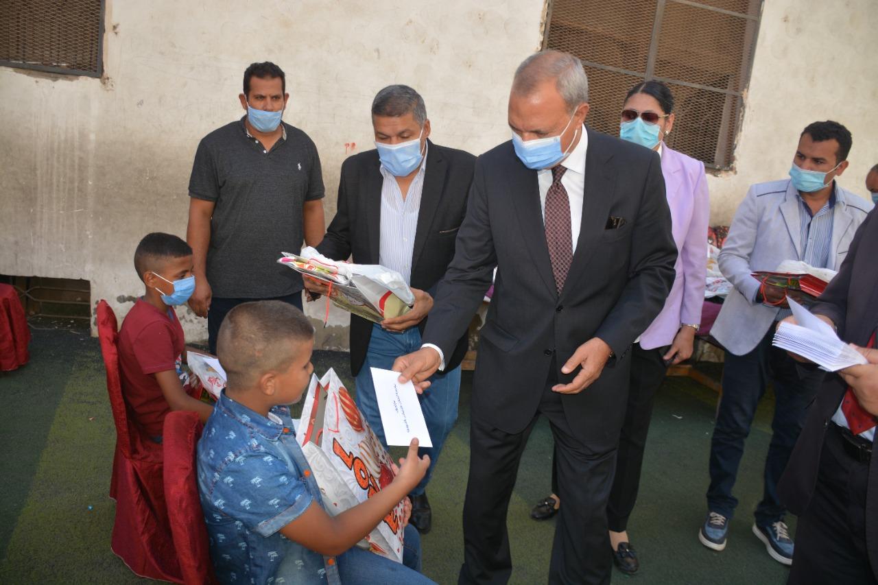 تقديم الهدايا للأطفال الايتام