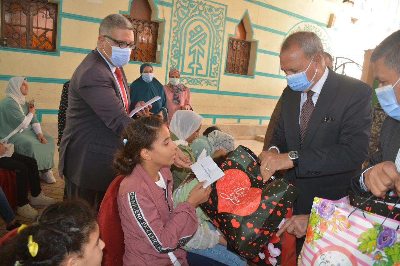 تقديم الهدايا للفتيات