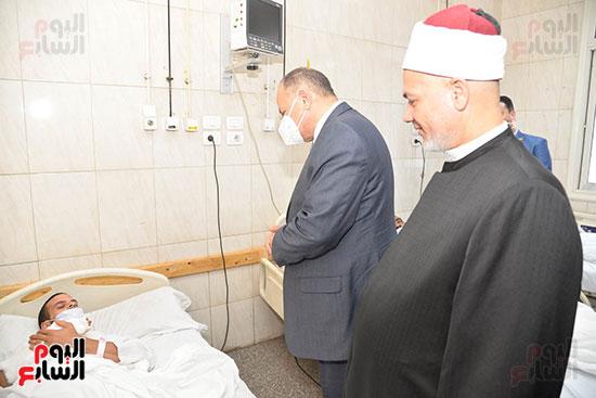 محافظ-أسيوط-يزور-مستشفيات-الإيمان-العام-والشاملة-لتهنئة-المرضى-بعيد-الأضحى--(25)