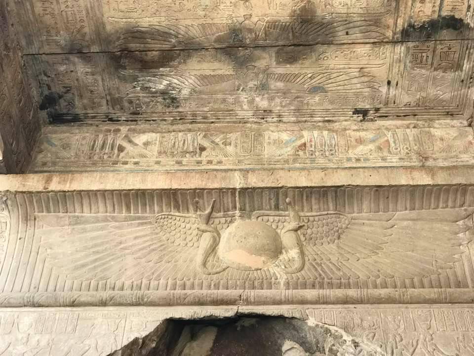 الالوان على جدران الكرنك رغم مرور آلاف السنين