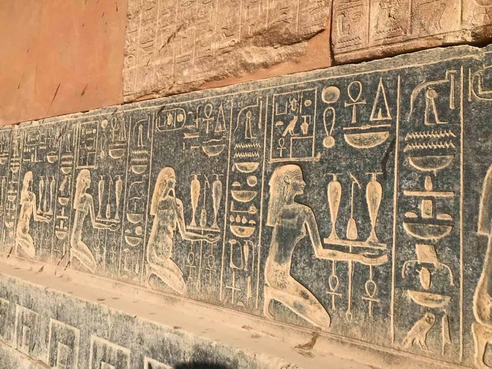 الطقوس الفرعونية على جدران صالات المعبد