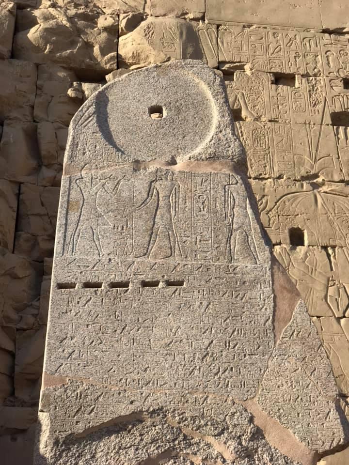 لوحة تاريخية عقب ترميمها بمعابد الكرنك