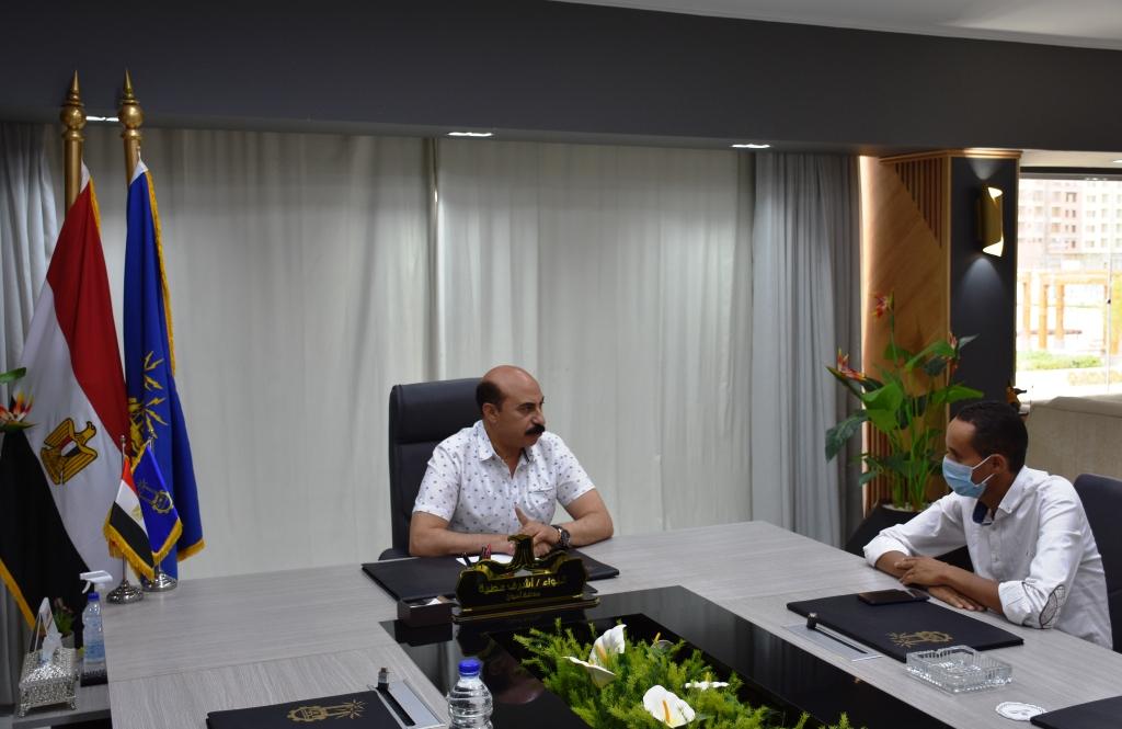 محافظ أسوان خلال لقائه مع محرر اليوم السابع (2)