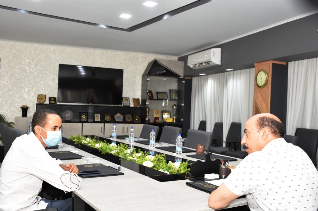محافظ أسوان خلال لقائه مع محرر اليوم السابع (3)