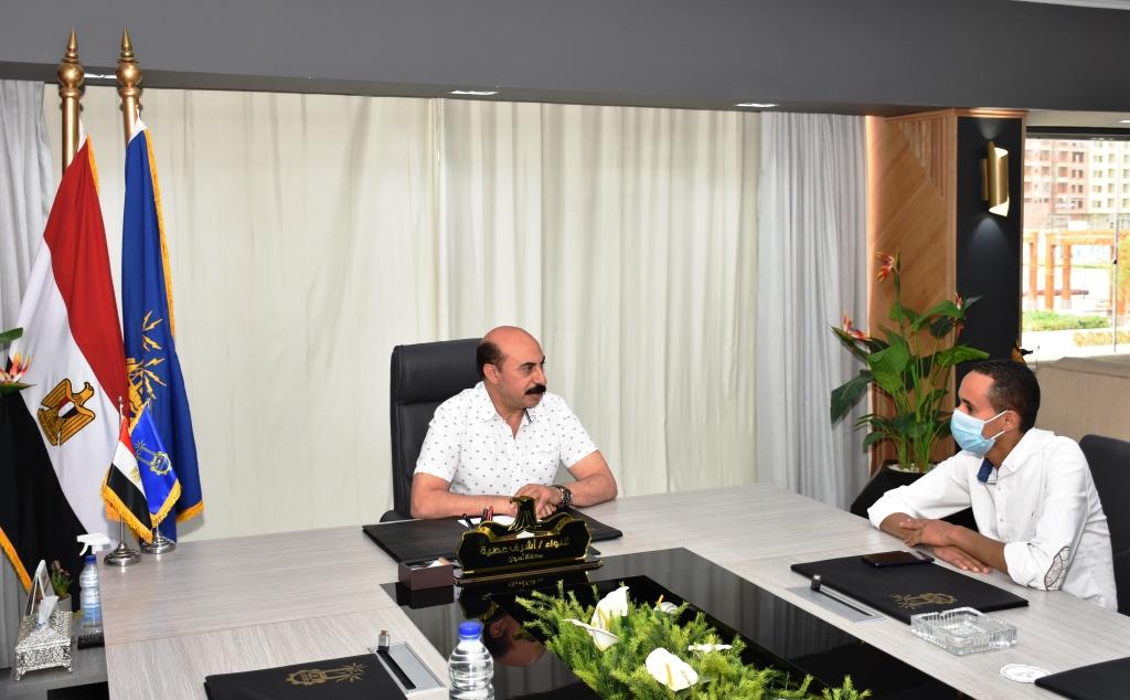 محافظ أسوان مع محرر اليوم السابع