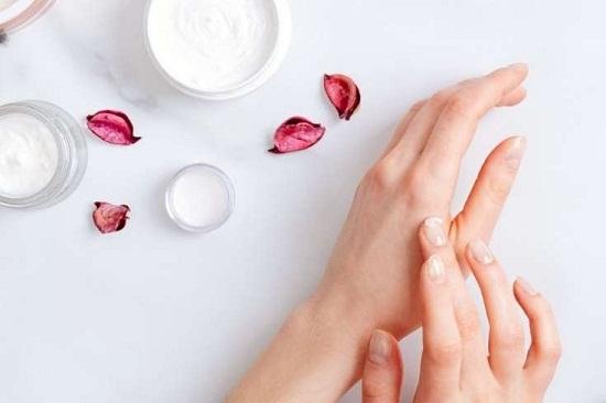 وصفات طبيعية لترطيب اليدين