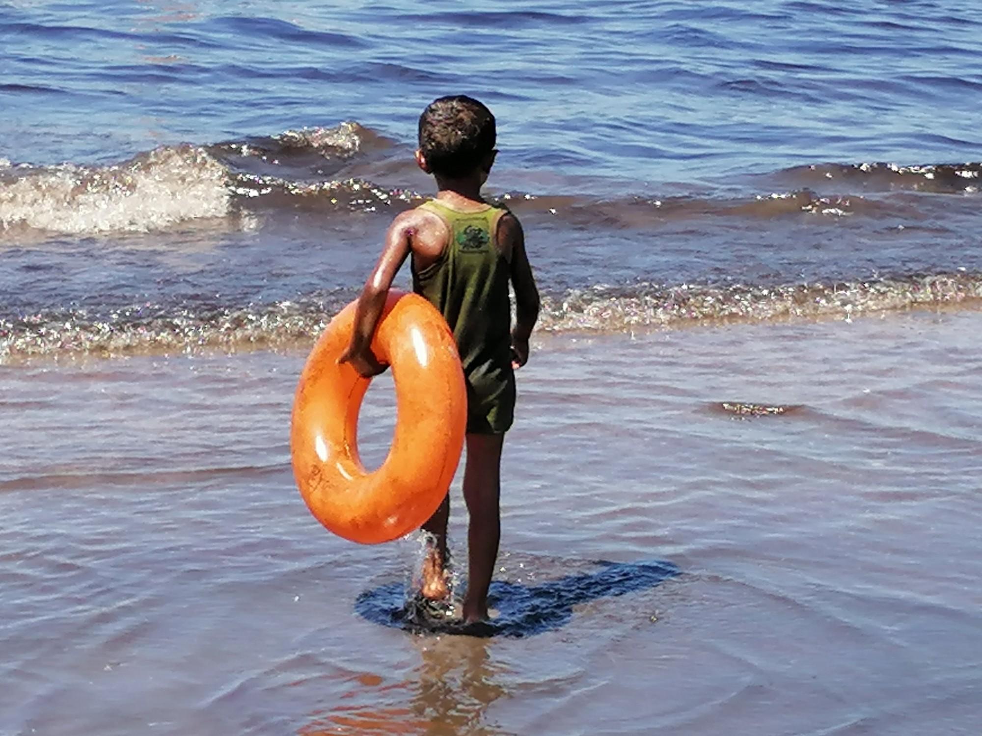 احد الأطفال ملوث بالمواد البترولية
