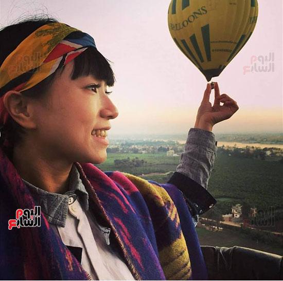 احدي-جميلات-اسيا-تستمع-برحلة-البالون