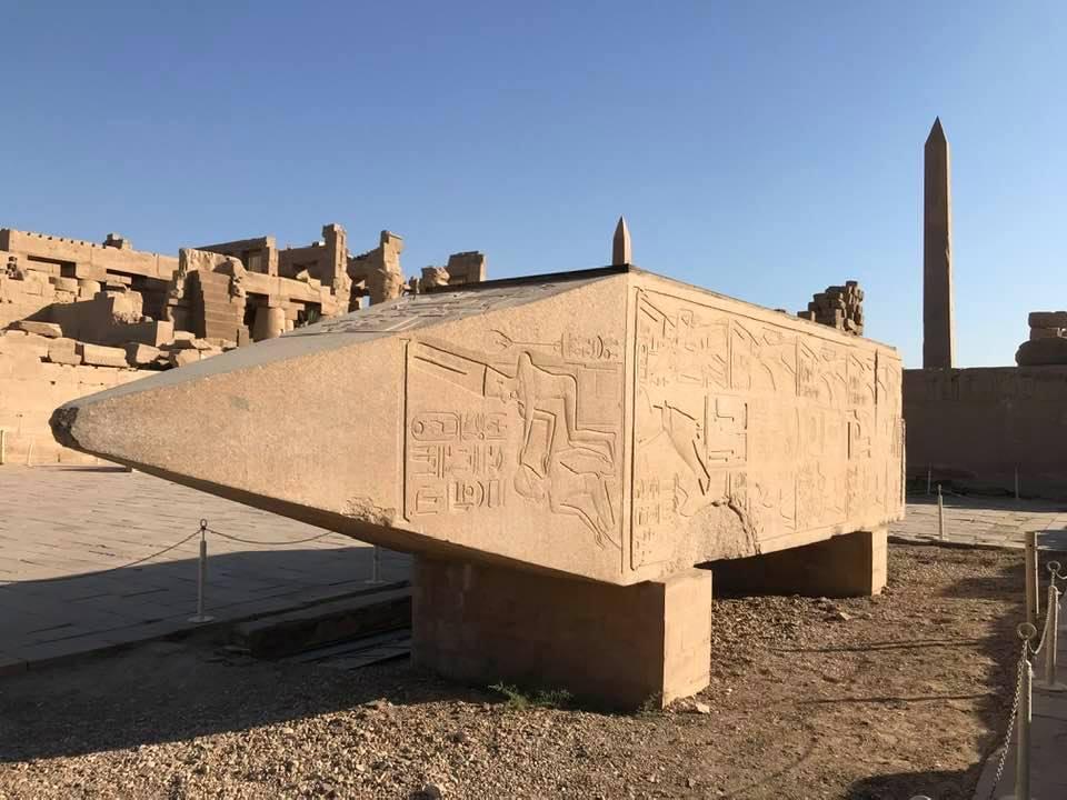 احدي المسلات التاريخية داخل معابد الكرنك