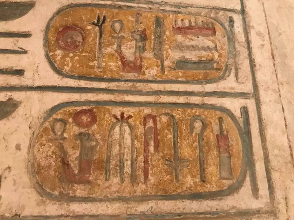 الألوان على جدران بالكرنك رغم آلاف السنين