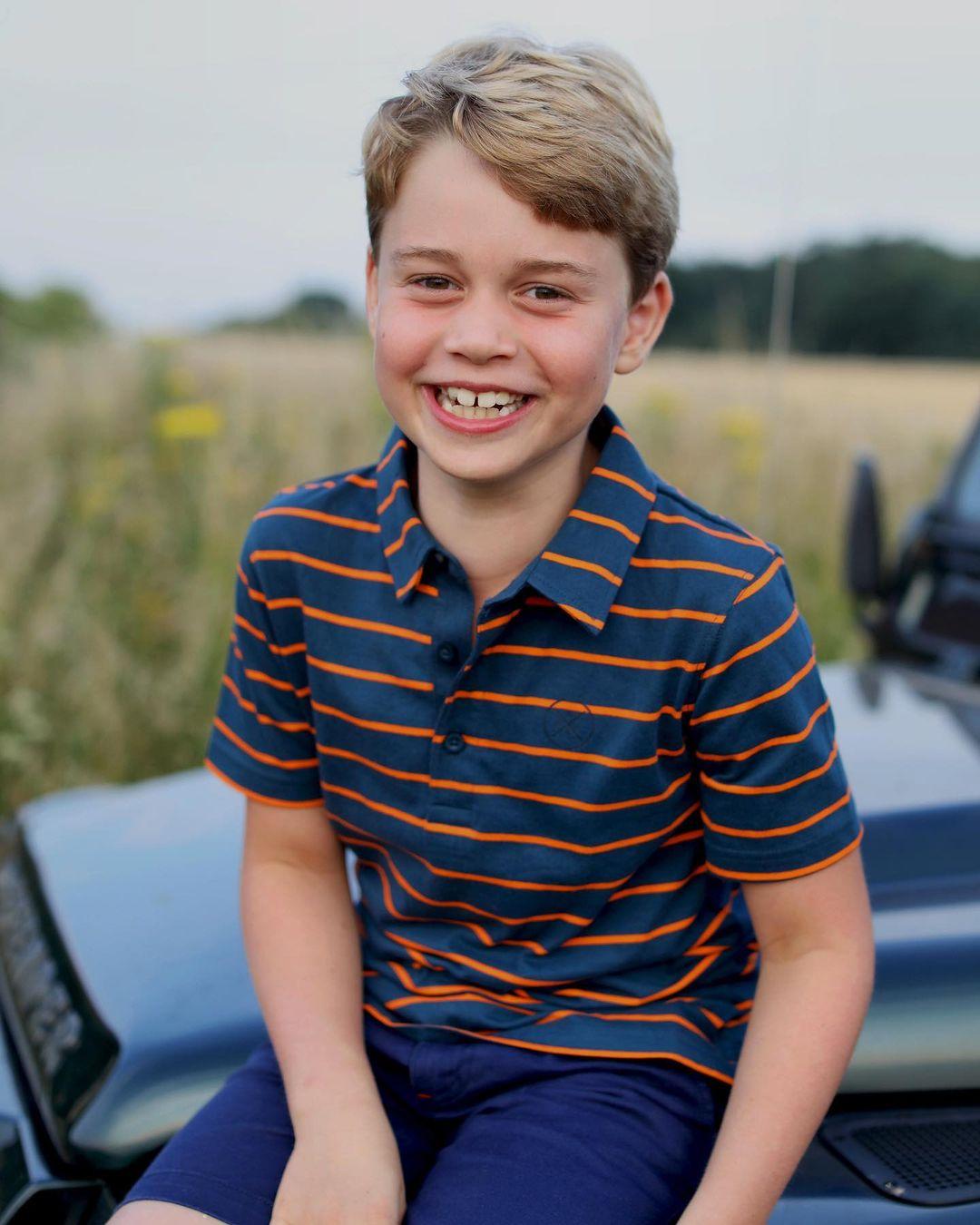 الأمير جورج على سيارة جده