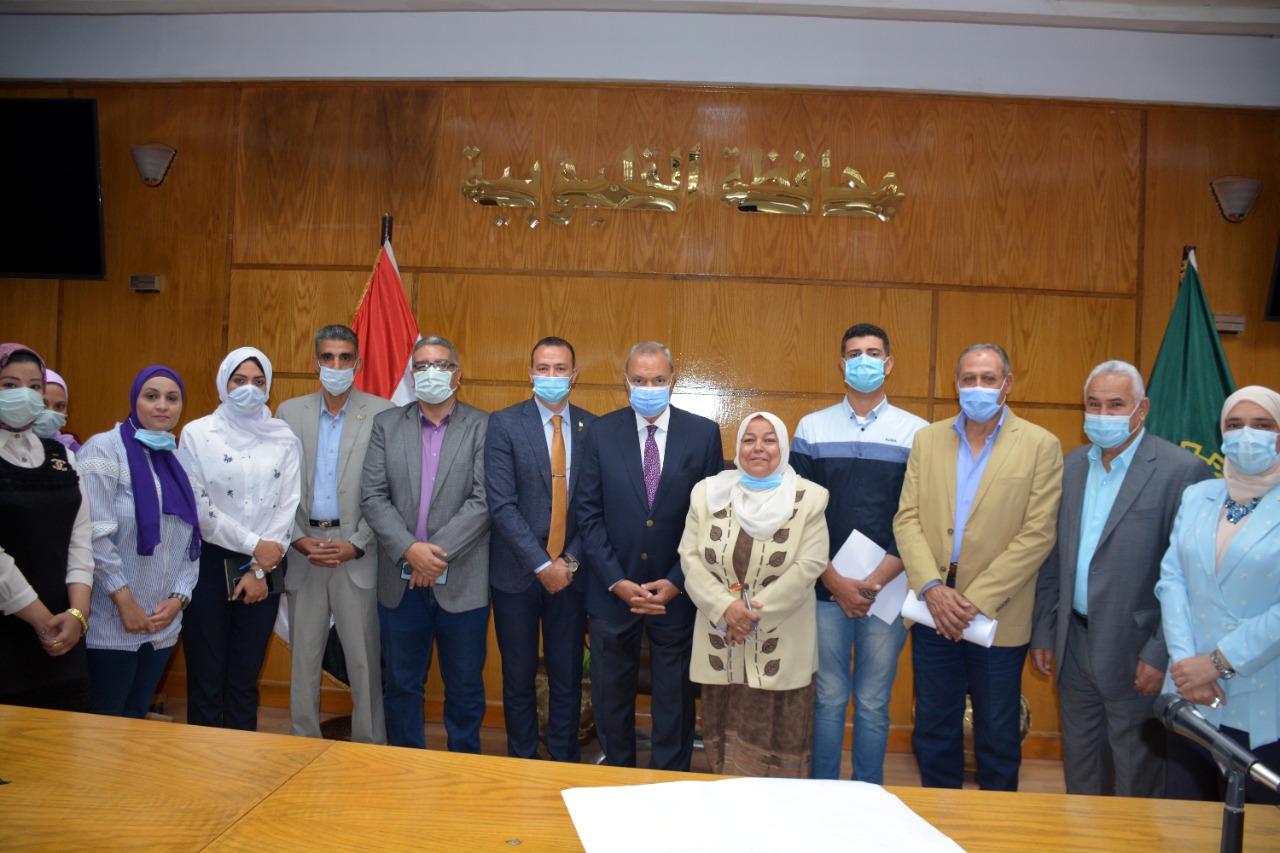 محافظ القليوبية مع المسئولين عن مبادرة سكن مصر