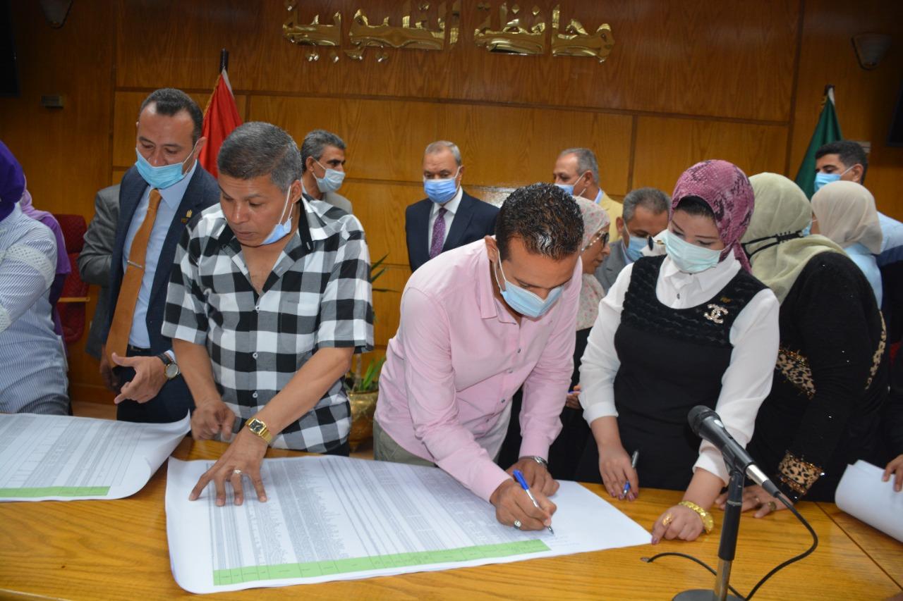 جانب من توقيع كشوف سكن كريم