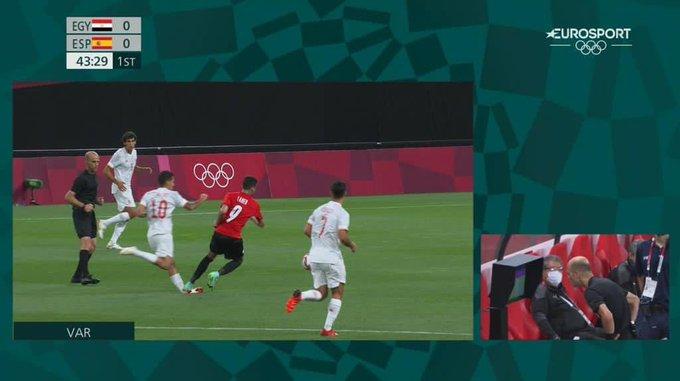 حكم مباراة مصر واسبانيا يتابع لقطة الإصابة عبر الفيديو