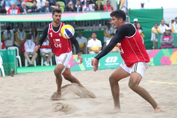استيبان وماركو جريمالت أبناء عم من تشيلي في كرة الطائرة الشاطئية.