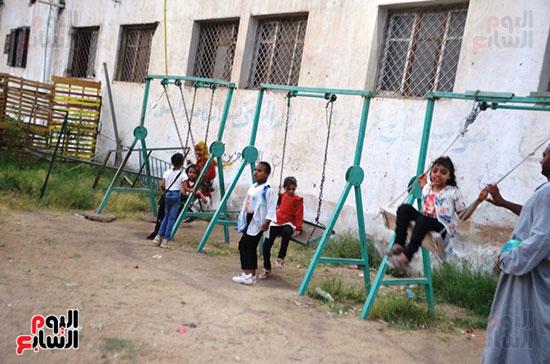 فرحة-أطفال-قرى-مدينة-إسنا-بالعيد-بعد-انكسار-حرارة-الطقس-(2)