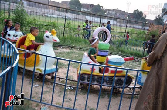 فرحة-أطفال-قرى-مدينة-إسنا-بالعيد-بعد-انكسار-حرارة-الطقس-(8)