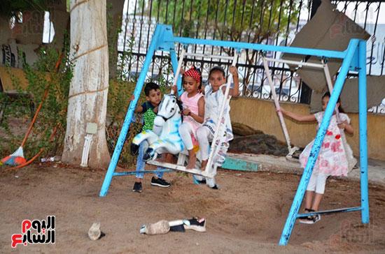 فرحة-أطفال-قرى-مدينة-إسنا-بالعيد-بعد-انكسار-حرارة-الطقس-(4)