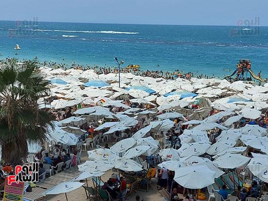 الآلاف-يمارسون-السباحة-بشاطئ-الإسكندرية