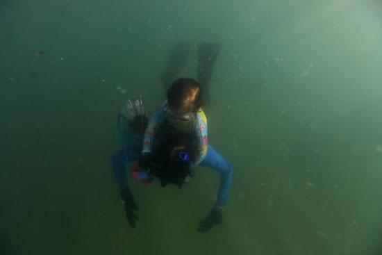 نينا جوميز تجمع القمامة في البحر برفقة والدها