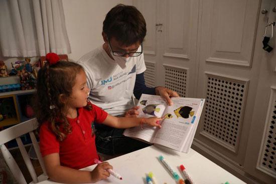 نينا تستذكر دروسيها مع والدها