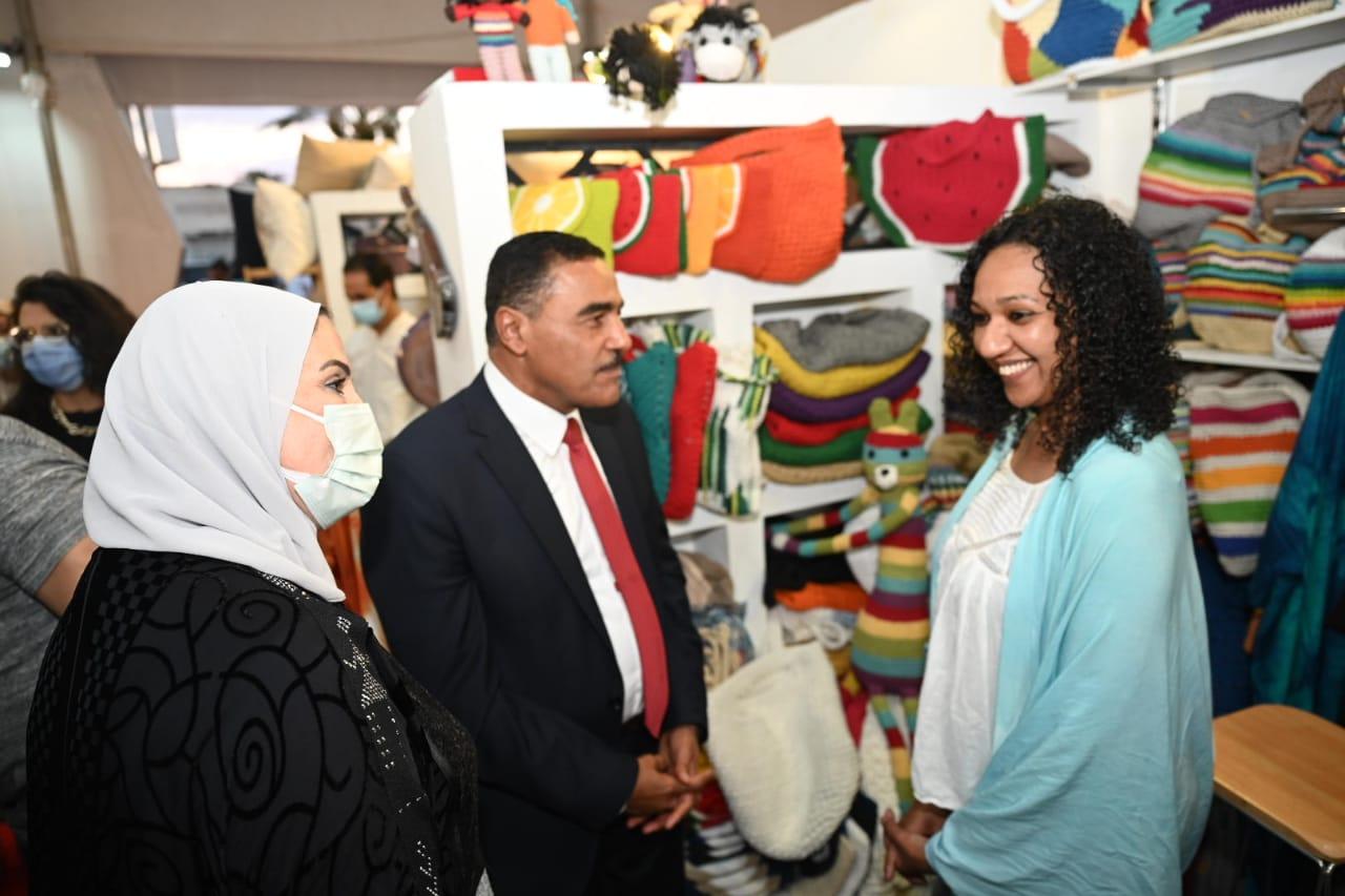وزيرة التضامن داخل المعرض